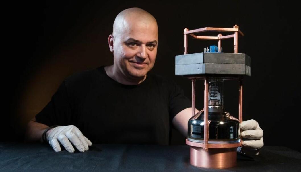 I et nytt eksperiment har forskere brukt et rekordlite instrument til å fange opp signaler fra de spøkelsesaktige partiklene som kalles nøytrinoer. Verden over er forskere på jakt etter nøytrinoer fordi de mener partiklene kan avsløre noen av universets store hemmeligheter. Bildet viser professor Juan Collar, som har vært med på å bygge den nye nøytrinojegeren.  (Foto: Jean Lachat)