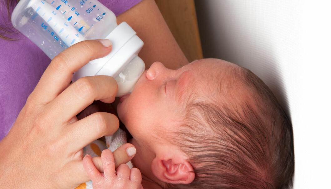 Melk direkte fra mor er best, men hvis et for tidligere født barn skal ha donormelk fra andre kvinner, tyder nye dyreforsøk på at det er bedre å behandle melken med UV-lys enn med pasteurisering, som vi gjør i dag.  (Foto: herjua / Shutterstock / NTB scanpix)