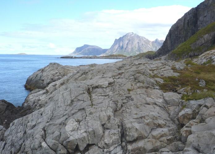 Ytterst mot havet vitner Tindsøyas blankskurte berg om havets enorme krefter. (Foto: Ane K. Engvik)
