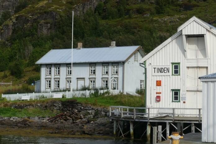 Handelstedet Tinden ligger intakt som det var i tidligere tider med brygge, butikk og post. (Foto: Ane K. Engvik)