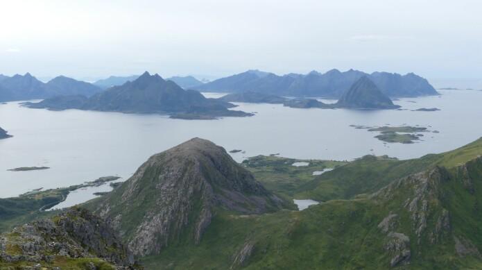 Tinderekkene ytterst mot havet i Vesterålen er dominert av intrusjonsbergarter. (Foto: Ane K. Engvik)
