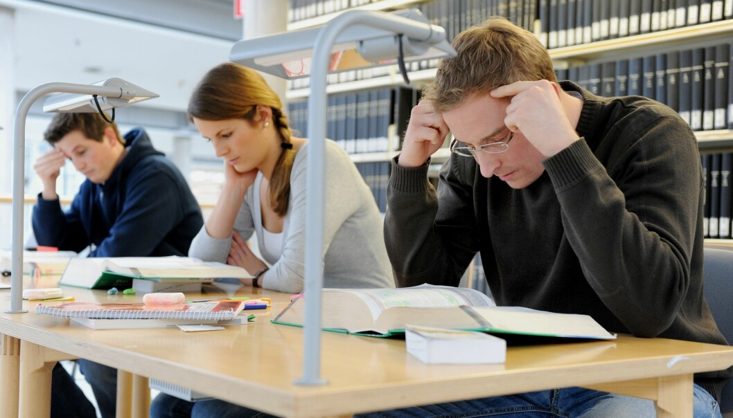 For mange tar høyere utdanning i forhold til arbeidslivets behov, ifølge SSBs fremskrivninger fram mot 2035. Det vil derimot bli stor mangel på helsefagarbeidere og håndverkere. (Illustrasjonsfoto: Frank May/ NTB scanpix.)