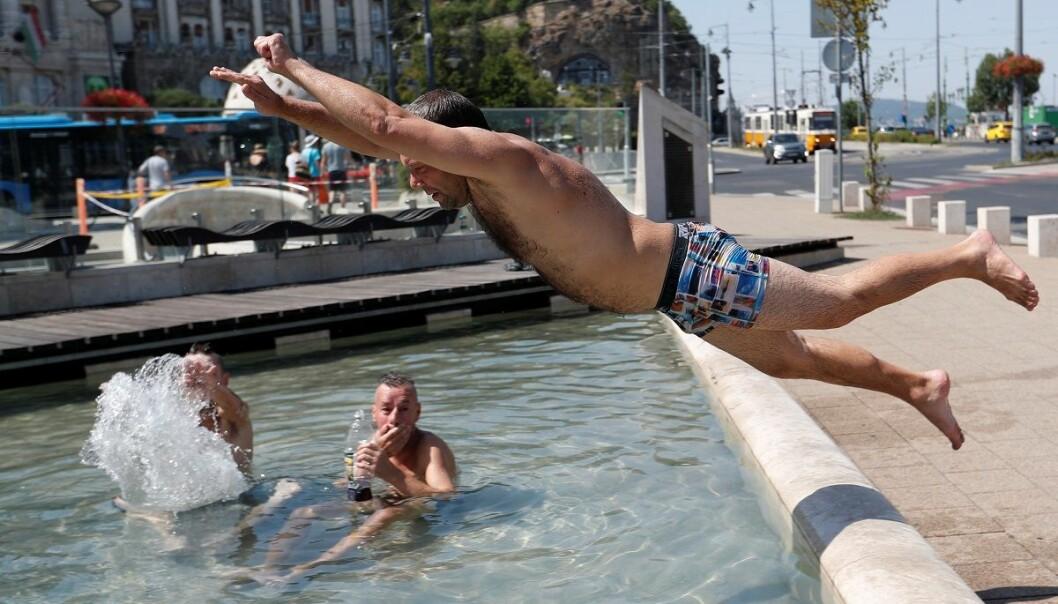 Hetebølgen som har rammet store deler av Europa og har krevd flere menneskeliv og gjort skader for milliarder, er bare en forsmak på hva vi har i vente. Her kjøler en turist seg ned i en fontene i Budapest. (Foto: Laszlo Balogh, Reuters, NTB scanpix)