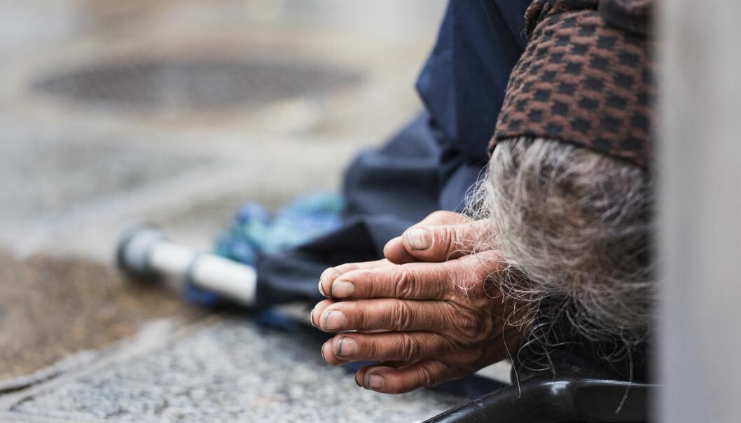 Hjemløse er en fast del av gatebildet i mange større byer verden over – inkludert i Danmark. Men skal man egentlig gi en hjemløs noe, eller er de bedre tjent uten?  (Foto: Savvapanf Photo / Shutterstock / NTB scanpix)