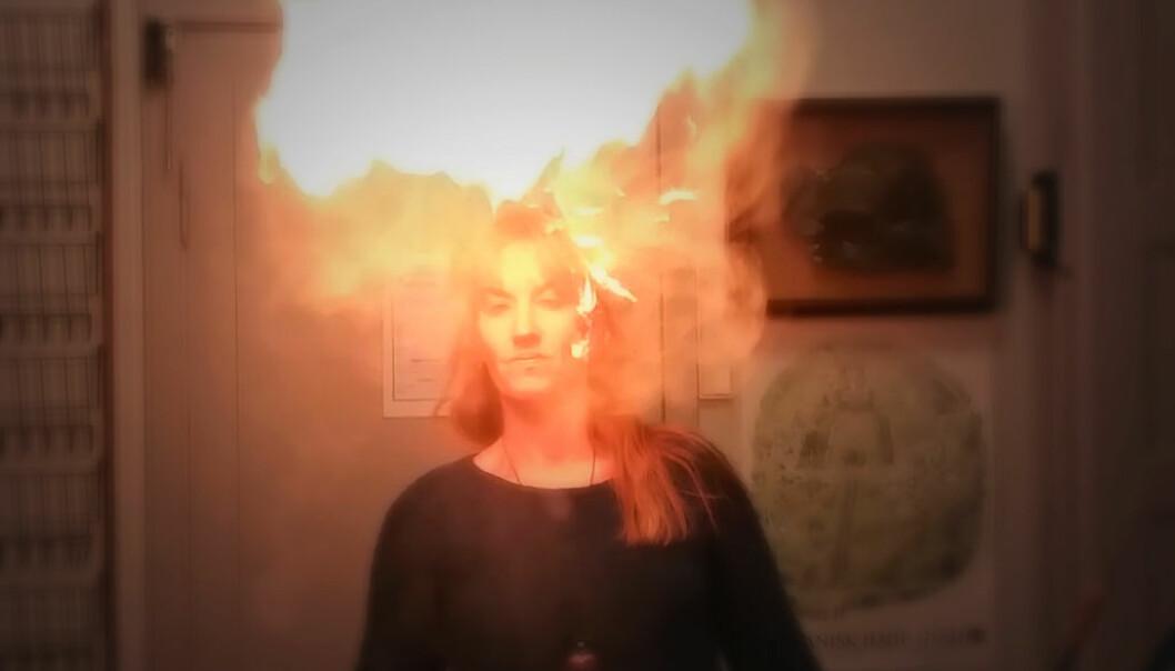 Charlotte Sletten Bjorå demonstrerer stor flamme, lite ild. Det er heksemelet som lager blaffet.  (Foto: Nina Kristiansen)
