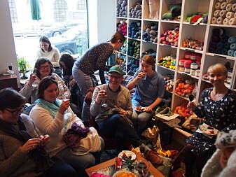 Bare tre prosent av norske menn strikker. Bildet er fra en «Strikk og drikk»-samling på Værbitt, en garnbutikk i Oslo. (Foto: Tone Skårdal Tobiasson)