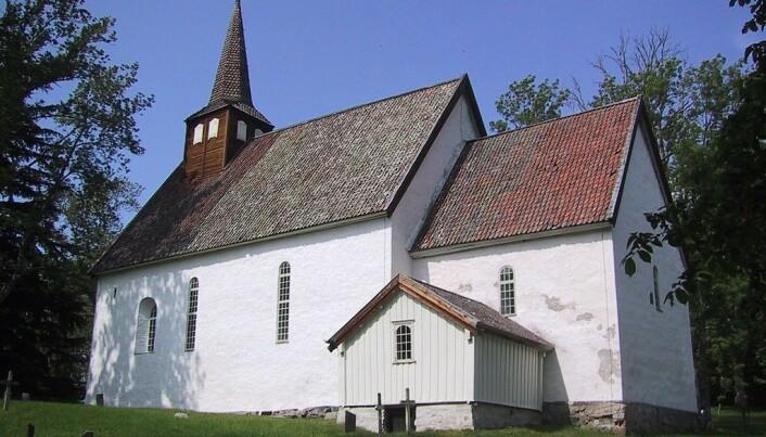 Brit Solli fant ringen ved denne kirken fra middelalderen. (Foto: Dag Berthelsen, bildelisens CC BY-SA 3.0)
