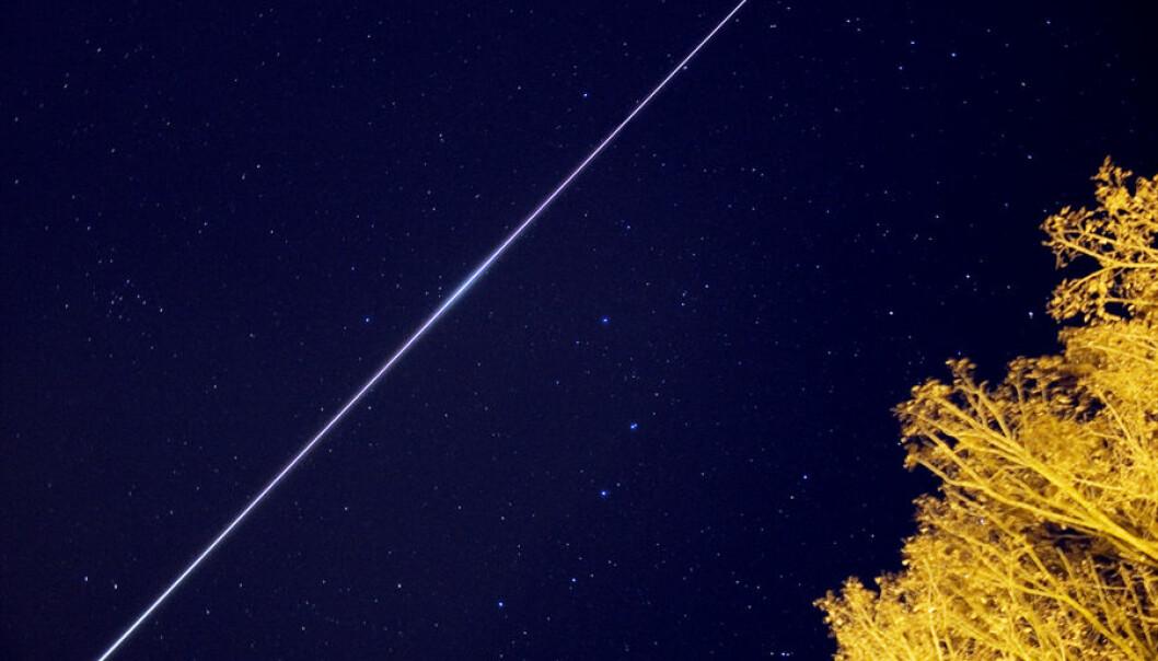 Den internasjonale romstasjonen tegner en lysende strek over himmelen, fotografert over tid. Nå kan du se romstasjonen fra Norge i dagene som kommer. Les mer i artikkelen om når og hvor! (Foto: Andreas Möller)