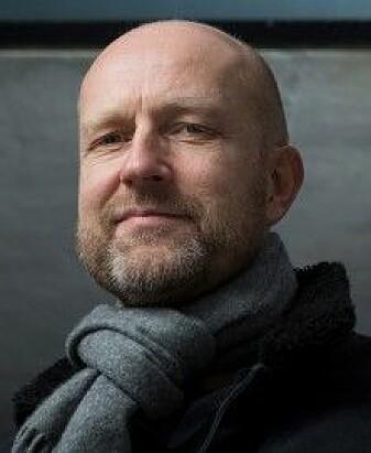 Petter Bae Brandtzæg forsker på chattetjenester for ungdom. Chatboten baserer seg på store data, som ifølge Brandtzæg kan bidra til å forsterke kjønnede stereotypier. (Foto: Werner Juvik)