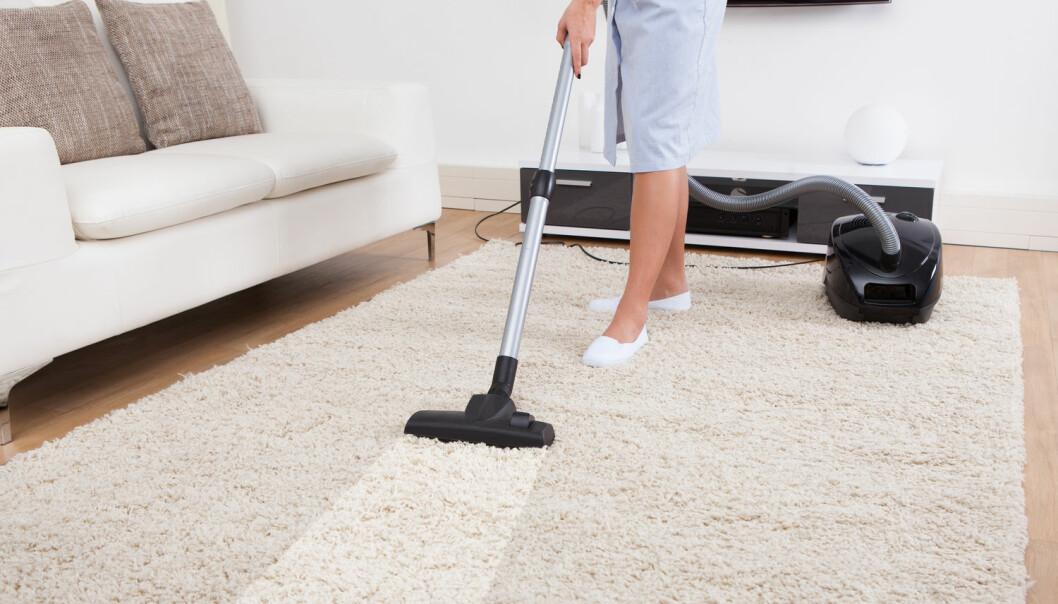 Forskere fant en sammenheng mellom det å bruke penger på å få andre til å ta husarbeidet, og hvor tilfredse folk var med livene sine. (Foto: Andrey Popov / Shutterstock / NTB scanpix)