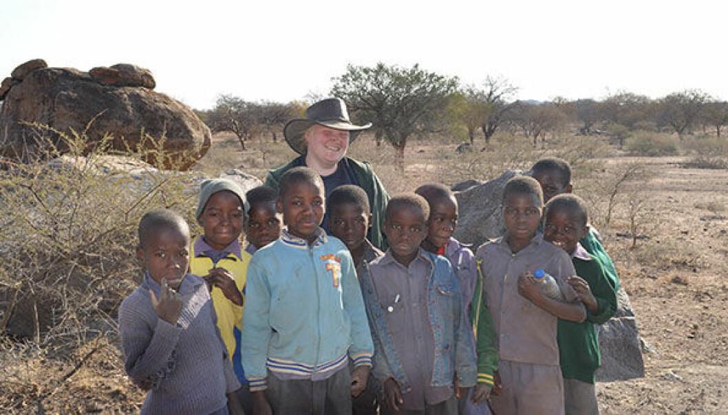 – Kunnskap om historien gir fellesskapsfølelse, sier Katrine Furu Dyvart. Her sammen med en skoleklasse som besøkte utgravingsområdene ved Khami, Zimbabwe. (Foto: UiO)