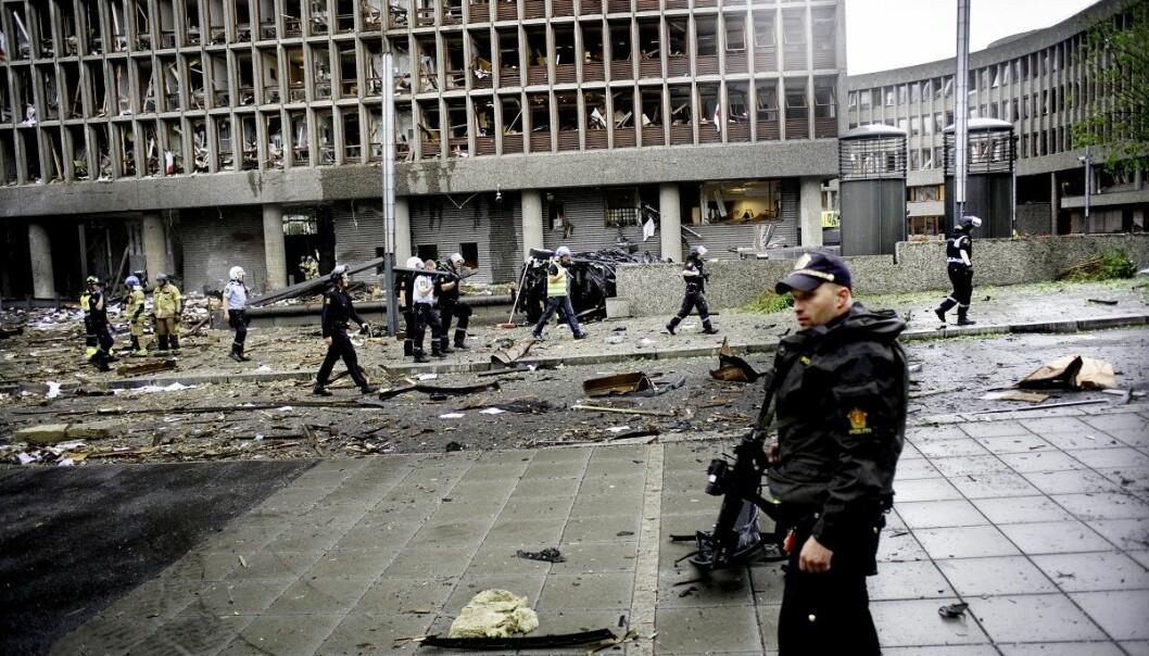 Politi, hjelpemannskap og brannmenn er her i gang med å få oversikt over skadene og de skadde etter eksplosjonen i Regjeringskvartalet. (Foto: Luca Kleve-Ruud, Samfoto, NTB scanpix)