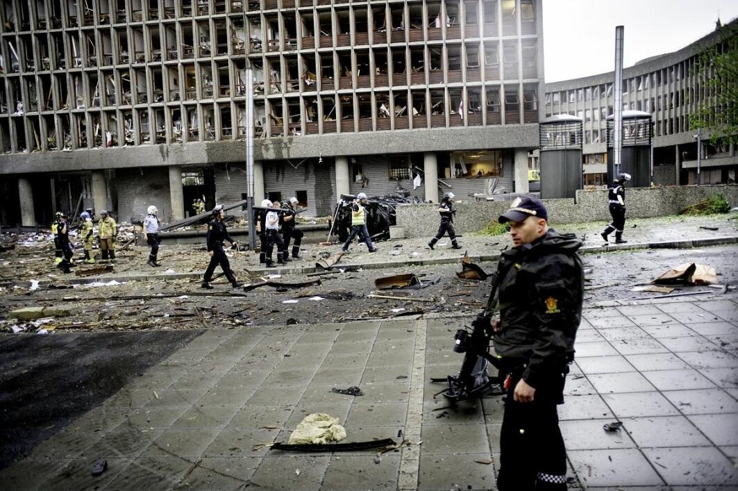 Politi, hjelpemannskap og brannmenn er her i gang med å få oversikt over skadene og de skadde etter eksplosjonen i Regjeringskvartalet.