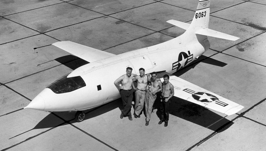 Her er flyet X-1-2, en videreutvikling av flyet X-1 som Chuck Yeager brøt lydmuren i. På bildet står flyet på NACA High-Speed Flight Research Station i 1949. (Foto: NASA)