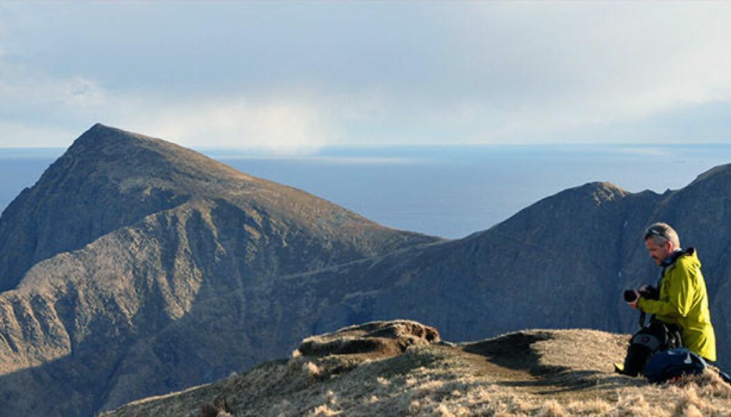 Prosjektet Nordland blir til har ført forskerne rundt i nesten alle kommunene i fylket. Her er forsker Rolv Dahl fotografert på Værøy i Lofoten. (Foto: Morten Smelror)