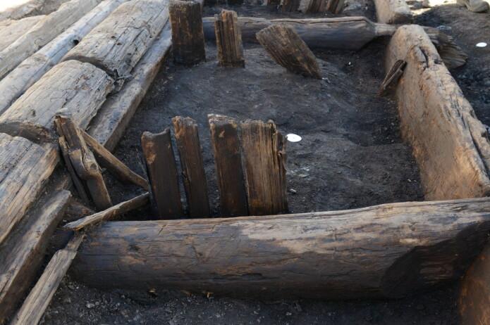 Detalj av skillevegg i bygning 1. Akkurat disse trebordene var for tynne til at laserskanneren klarte å dokumentere dem ordentlig. Imidlertid kom bordene godt frem med fotogrammetri. (Foto: Therese Marie Edman / NIKU)