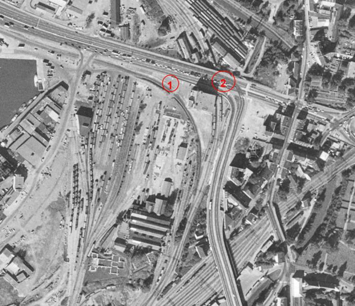 Utsikt over verkstedområdet til NSB der mesteparten av de arkeologiske utgravingene i forbindelse med utvidelse av Follobanen foregikk. De to bygningene vi dokumenterte i forbindelse med metodeutviklingen, bygning 1 og bygning 2, vises midt på bildet, markert med røde sirkler. (Foto: finn.no sitt historiske kart fra 1971)