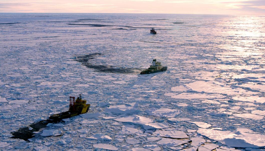 Boreskipet Vidar Viking og isbryterne Oden og Sovetskiy Soyuz i aksjon under boringer. (Foto: Martin Jakobsson)