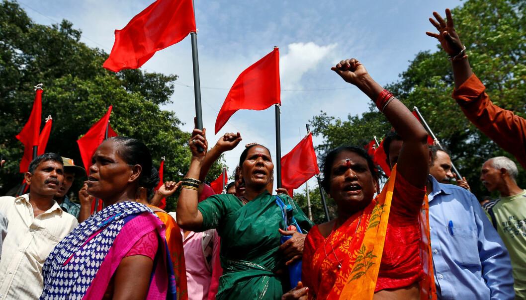 Kvoteringen av kasteløse til politikken i India har ført til mindre diskriminering, ifølge ny forskning. Bildet er fra august i fjor og viser medlemmer av den laveste kasten i India som protesterer mot systemet i byen Mombai.  (Foto: REUTERS / NTB Scanpix)