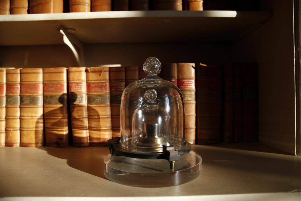 I 129 år har dette loddet, om lag 39 millimeter høyt og 39 millimeter i diameter, vært den internasjonale standarden for et kilogram. Nå er definisjonen endret. (Foto: AP / NTB scanpix)