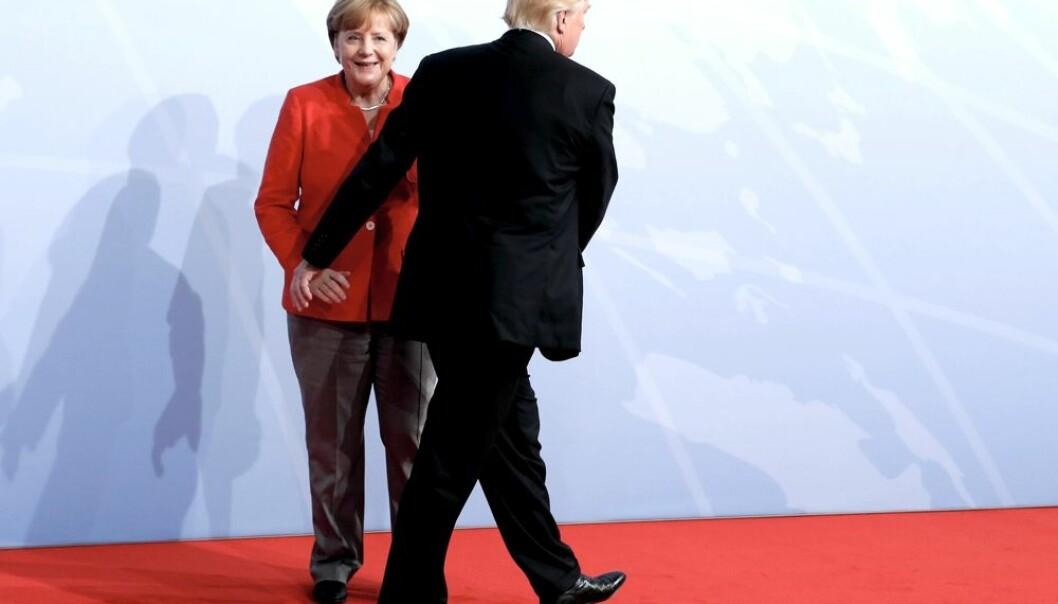 Tysklands kansler Angela Merkel tok ved åpningen av G20-toppmøtet i Hamburg fredag imot USAs president Donald Trump. Mens tilliten til Trump er på bunn i mange land, så stoler mange på Merkel.  (Foto: NTB/Reuters)