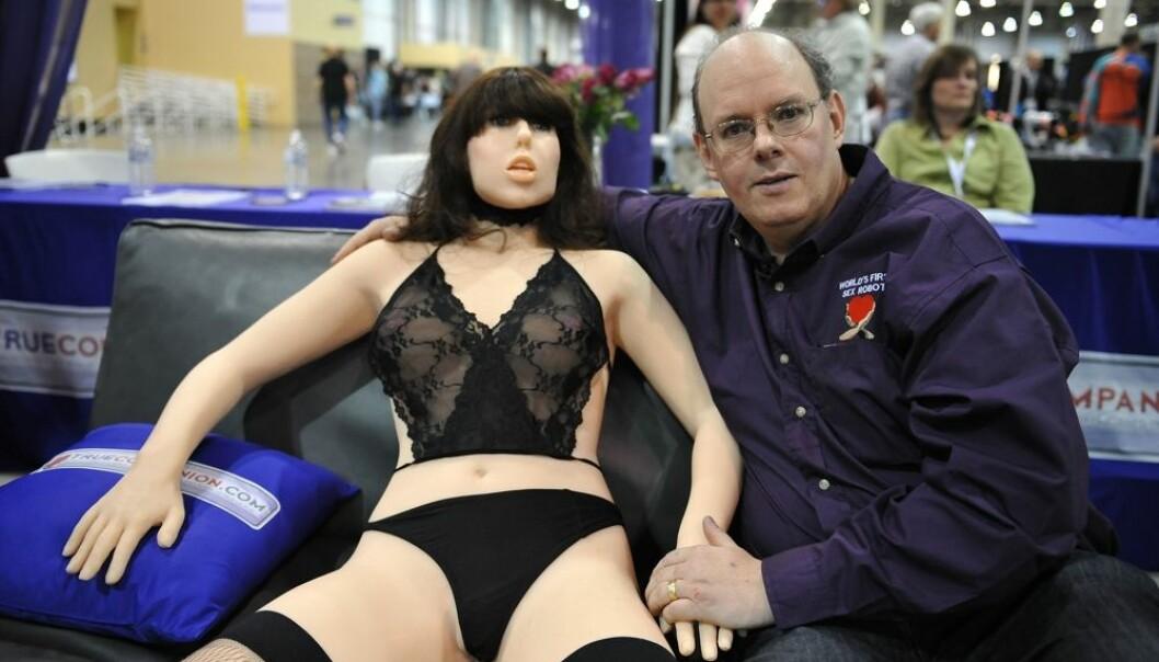"""Oppfinneren Douglas Hines viser fram sin """"True Companion"""" på Adult Entertainment Expo i Las Vegas i 2010. Dette var den første sex-roboten med kunstig intelligens. Etter dette har det kommet flere og flere produsenter og robotene har blitt mer og mer menneskelignende.  (Foto:  AFP PHOTO / Robyn Beck/NTB scanpix)"""