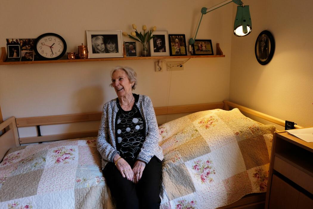 Elna Bøhm har Alzheimer og bor på sykehjem. Hun trives best når sykehjemmet åpner dørene og hun får barnehagebarn på besøk. (Foto: Ingrid Schou)