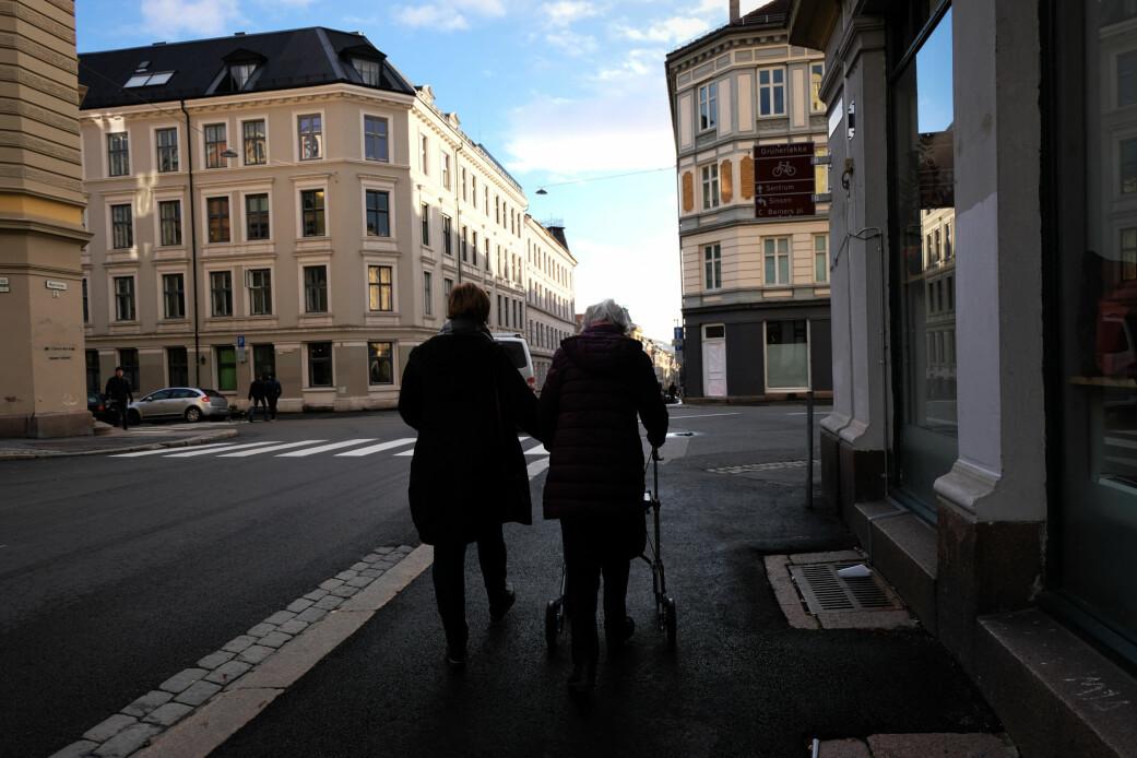 Elna Bøhm og datter May Britt Bøhm Telle setter pris på at de kan oppleve bylivet utenfor sykehjemmet. (Foto: Ingrid Schou)
