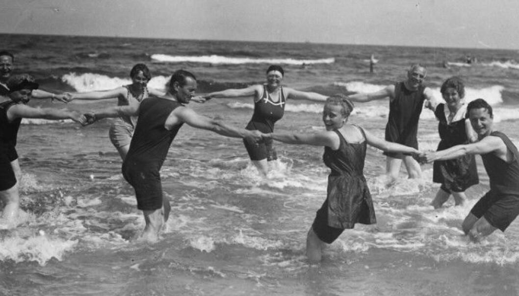 Kalde avrivninger i saltvann ble betraktet som ren medisin på 1800-tallet. Først i mellomkrigstida ble nytelsesaspektet viktigere enn helseaspektet.  (Foto: akg-images/ NTB scanpix)
