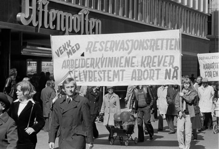 Abort var ikke bare tema på kvinnedagen 8. mars. Slik så det ut da arbeiderkvinnene de tok til gatene 1. mai 1978. Allerede for 40 år siden var «reservasjonsretten» en del av debatten. (Foto: Ukjent fotograf / Arbeiderbladet / Arbeiderbevegelsens arkiv og bibliotek / CC BY-NC-ND)