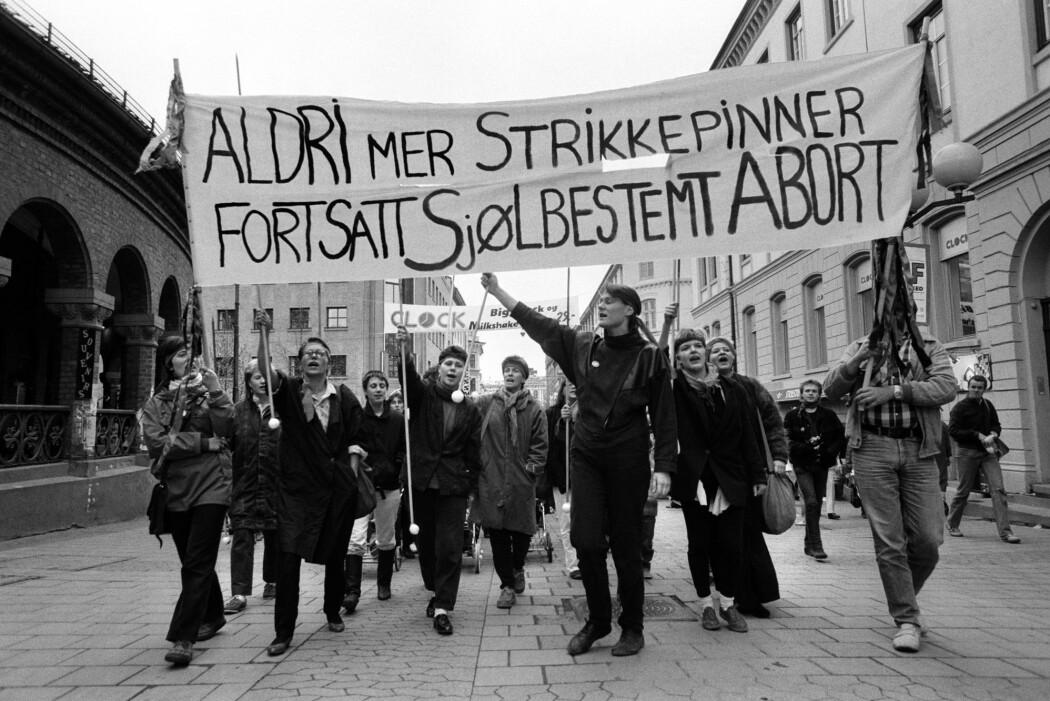 «Aldri mer strikkepinner» er en av de faste parolene når nordmenn tar til gaten for å forsvare abortloven. Bildet er fra en demonstrasjon i Oslo i 1986. (Foto: Mimsy Møller / Samfoto / NTB Scanpix)