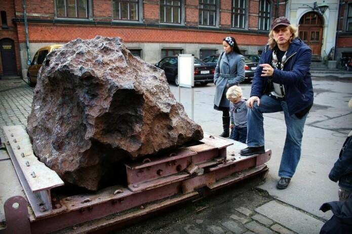Forskerne mistenker at krateret kan være forårsaket av det samme meteoritten som det i dag står rester av i gården hos Geologisk Museum i København. Det kan du lese mer i boksen under artikkelen. (Foto: Mads Bødker, CC BY 2.0)