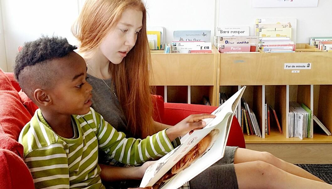Det å lese høyt for andre kan være skummelt og krevende for ungdomskoleelever. I et nytt forskningsprosjekt leste tiendeklassinger sammen med førsteklassinger. (Foto: Alf Helge Mitchell)
