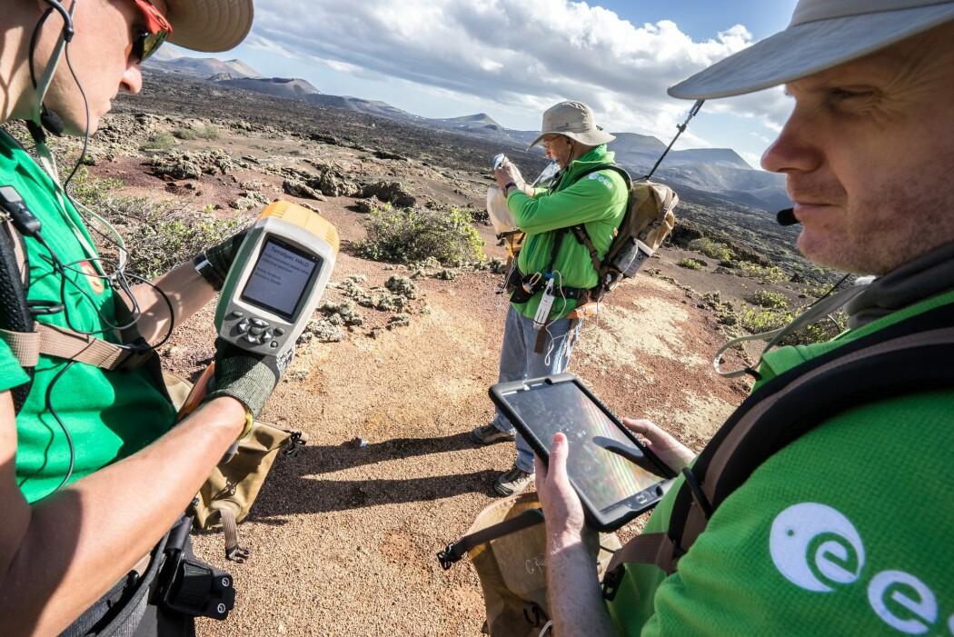 Her øver romfarere seg på å bruke planetforsker-appen Electronic Field Book under kurs på Lanzarote. (Foto: ESA/A. Romeo)
