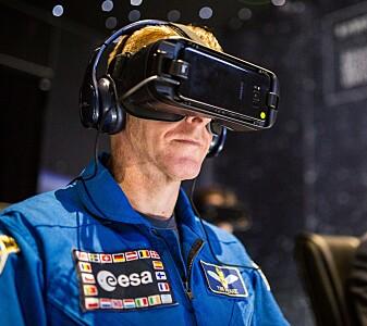 Den britiske romfareren Tim Peake bruker virtuell virkelighet. Denne teknologien kan også brukes sammen med den nye appen. (Foto: ESA)