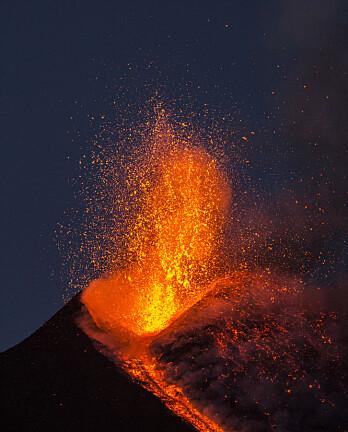 Vi vet en hel del om hva som finnes inni jorda. Det meste av kunnskapen kommer fra seismometer. Men av og til er litt av svaret åpenbart for de fleste. Som ved dette utbruddet på vulkanen Etna i 2017. (Foto: Wead / Shutterstock / NTB scanpix)