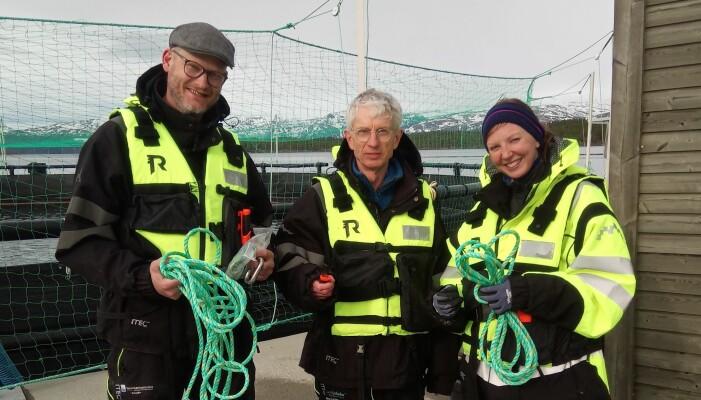 På vei ut for å måle vannkvaliteten i de lukkede merdene på Sæterosen i Brønnøysund (AkvaFuture AS). Fra venstre: Kristoffer Vale Nielsen (Veterinærinstituttet), Asbjørn Bergheim (IRIS/NORCE) og Siri Gåsnes (Veterinærinstituttet). (Foto: Arve Nilsen)