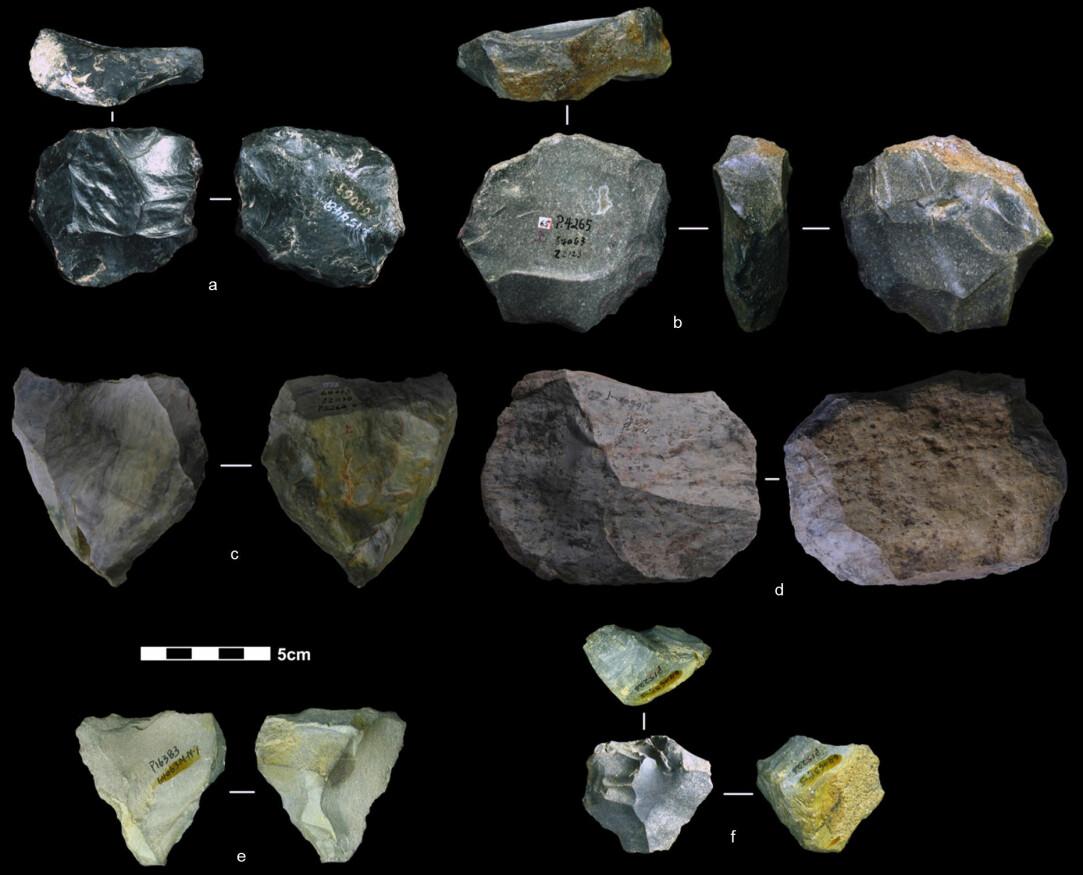 Dette er verktøy av stein. De er mellom 80 000 og 170 000 år gamle, mener arkeologer. De trodde egentlig at folk i Øst-Asia begynte å bruke sånne verktøy mye senere. (Foto: Marwick et al.)