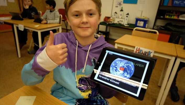 Arion gir tommel opp til forskning.nos nye nettside for barn og ungdom. (Foto Ingrid Schou)
