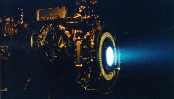 Lignende teknologi er allerede i bruk i romfartøy og kalles ion thrusters. Disse kan ikke benytte seg av luft naturlig nok, men har med seg gass som ioniseres. Her er bilde av NASA's Deep Space 1 romfartøy, som ble drevet av en ion thruster. (Foto: NASA).