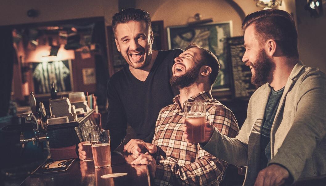 Når gutta på puben ler ekstra godt av en vits om kvinner eller homofile, kan det være fordi de føler seg litt usikre på egen maskulinitet. (Foto: Shutterstock / NTB scanpix)