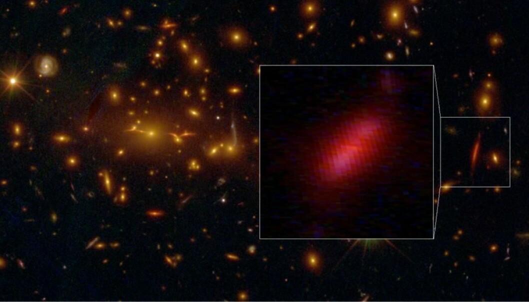 Den fjerne galaksen ble fanget på et bilde fra romteleskopet Hubble. Galaksen har blitt trukket ut av gravitasjonslinsen – det store innsatte bildet viser hvordan den har sett ut i virkeligheten. (Foto: S. Toft/NASA/ESA/M. Postman, STSCI/CLASH)