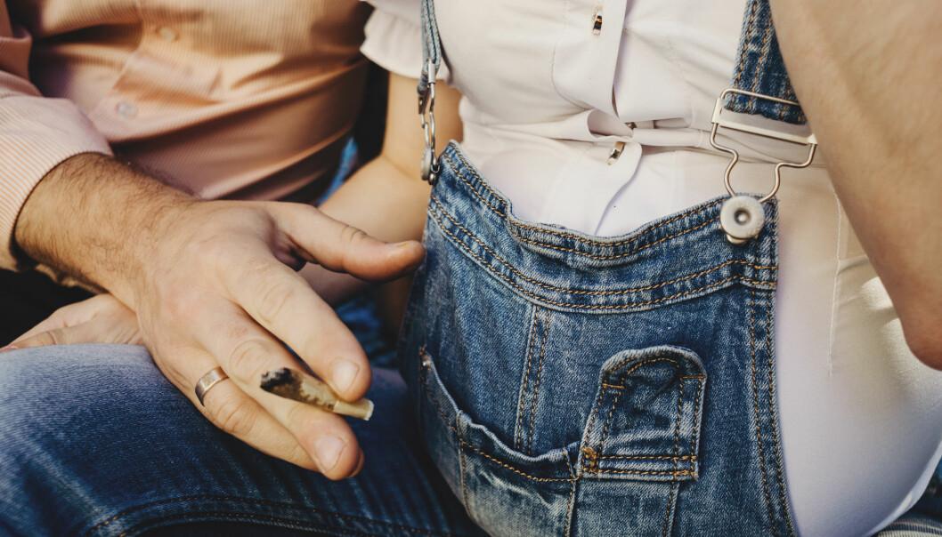 Påvirker fars røyking under graviditeten den ufødte sønnens sædkvalitet, eller gir han kanskje videre dårlige sædceller ved unnfangelsen? (Illustrasjonsfoto: Shutterstock/NTB scanpix)