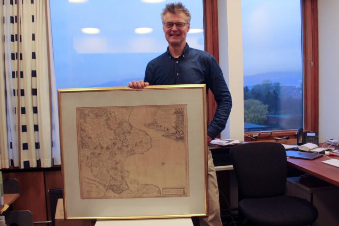 Nils Voje Johansen med et av klenodiene som er bevart etter Caspar Wessel: Et vakkert kart over «Den Syd Østlige Fierdedel av Sjælland» fra 1770. (Foto: Bjarne Røsjø, UiO)