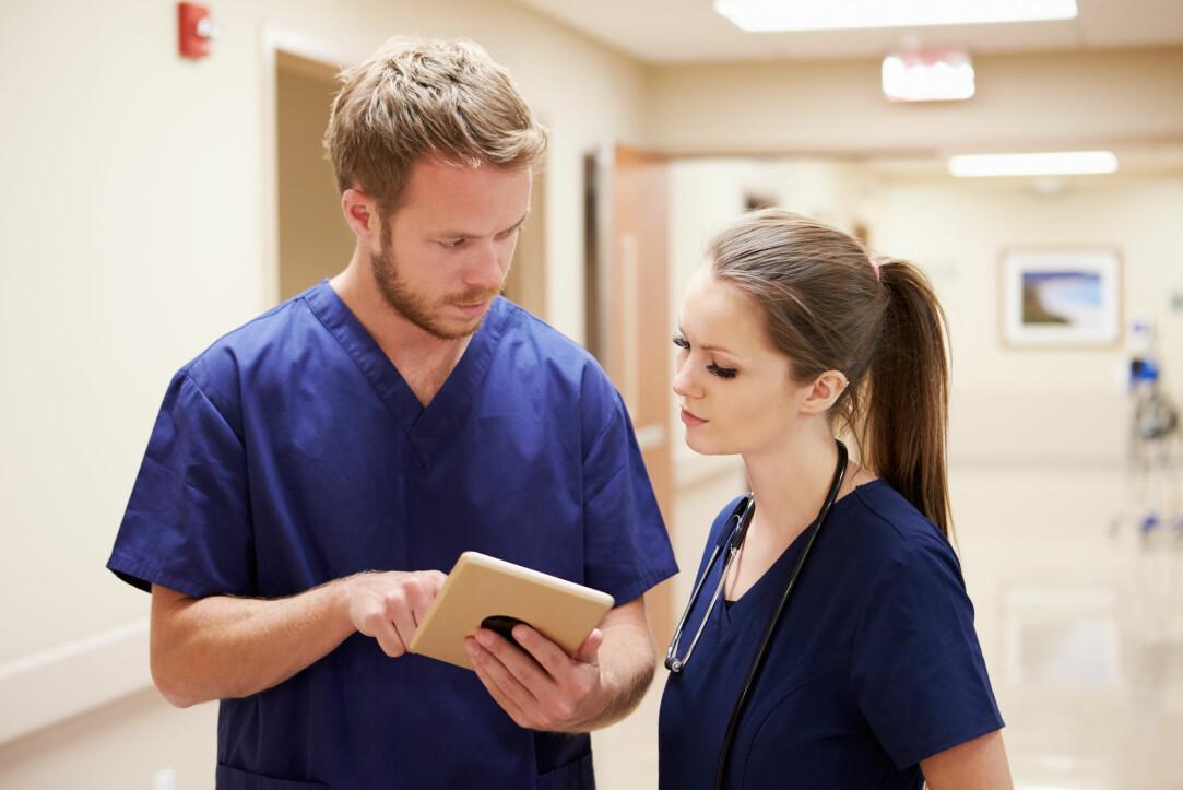 Det har lenge vært et mål å få flere menn inn i sykepleieryrket, men til tross for innsatsen har det ikke skjedd mye. Og mange mannlige studenter slutter før de er ferdige. (Foto: Monkey Business Images / Shutterstock / NTB scanpix)