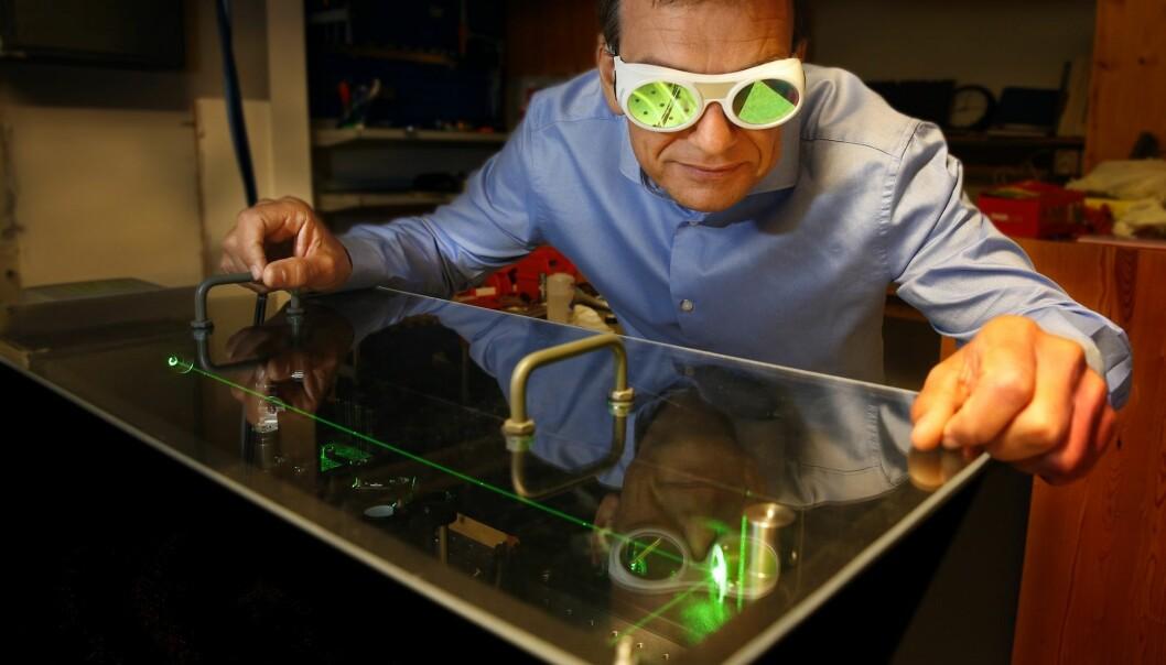 Professor Helge Weman ved Norges teknisk-vitenskapelige universitet har vært sentral i utviklingen av UV LED i CrayNano. Her i arbeid i nanofotonikk-labben. (Foto: Terje Heiestad)
