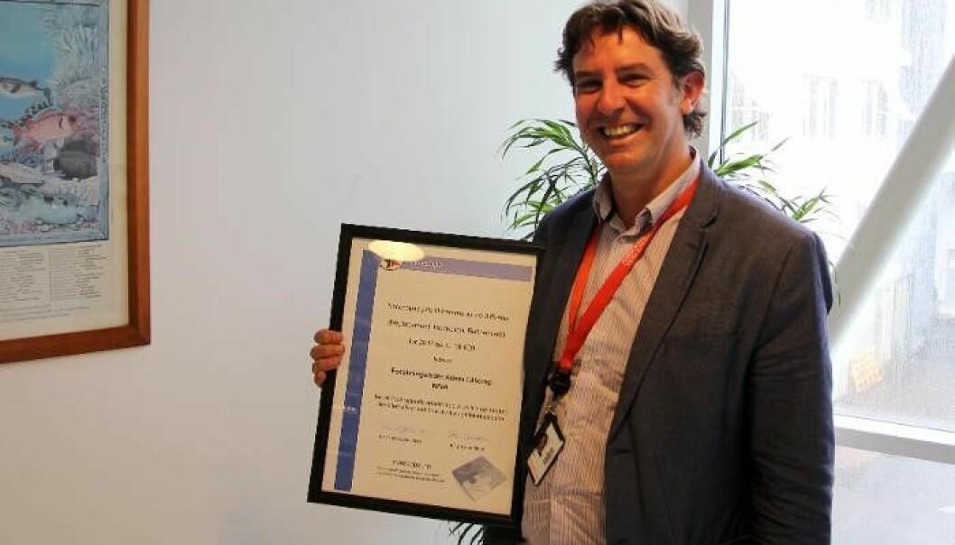 Dr. Adam Lillicrap med NORECOPA-prisen: 30 000 kr og et diplom, overrakt under Norecopa sitt årsmøte 7. juni 2017 i Oslo. (Foto: NIVA)