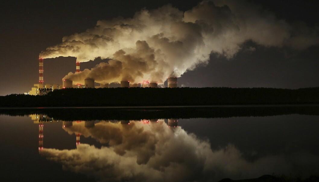 Røyk og damp stiger opp fra Europas største brunkull-kraftverk i Belchatow i Polen. Greenpeace-aktivister klatret denne uken opp i en av kraftverkets piper i protest mot kullkraften som fører til store utslipp av CO2. (Foto: Czarek Sokolowski / AP / NTB scanpix)