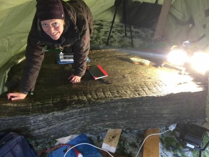Karoline Kjesrud jobber for å identifisere runene på den slitte runesteinen. (Foto: Kulturhistorisk museum, Universitetet i Oslo)