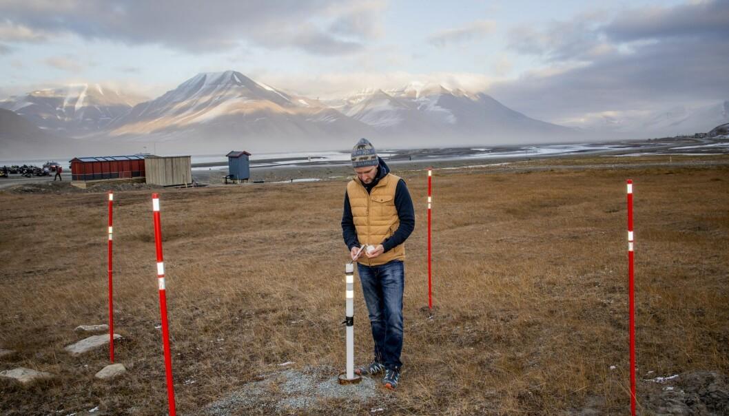 Canadiske Graham Gilbert måler temperaturen i permafrosten like utenfor Universitetssenteret på Svalbard (UNIS) i Longyearbyen. Temperaturen i permafrosten stiger over store deler av Arktis, og det er risiko for store klimautslipp fra bakken blant annet i Sibir. På Svalbard er det andre grunnforhold og mindre organisk materiale som kan forårsake utslipp. (Foto: Are Føli / NTB scanpix)